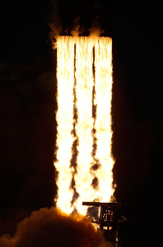 لحظة-إطلاق-أقوى-صاروخ-للفضاء-(7)