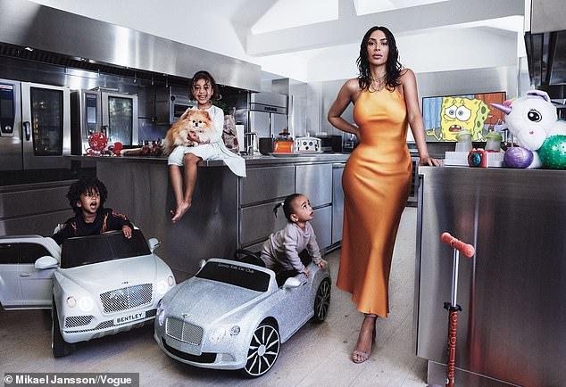 كيم مع اطفالها فى عدد المجلة لشهر مايو
