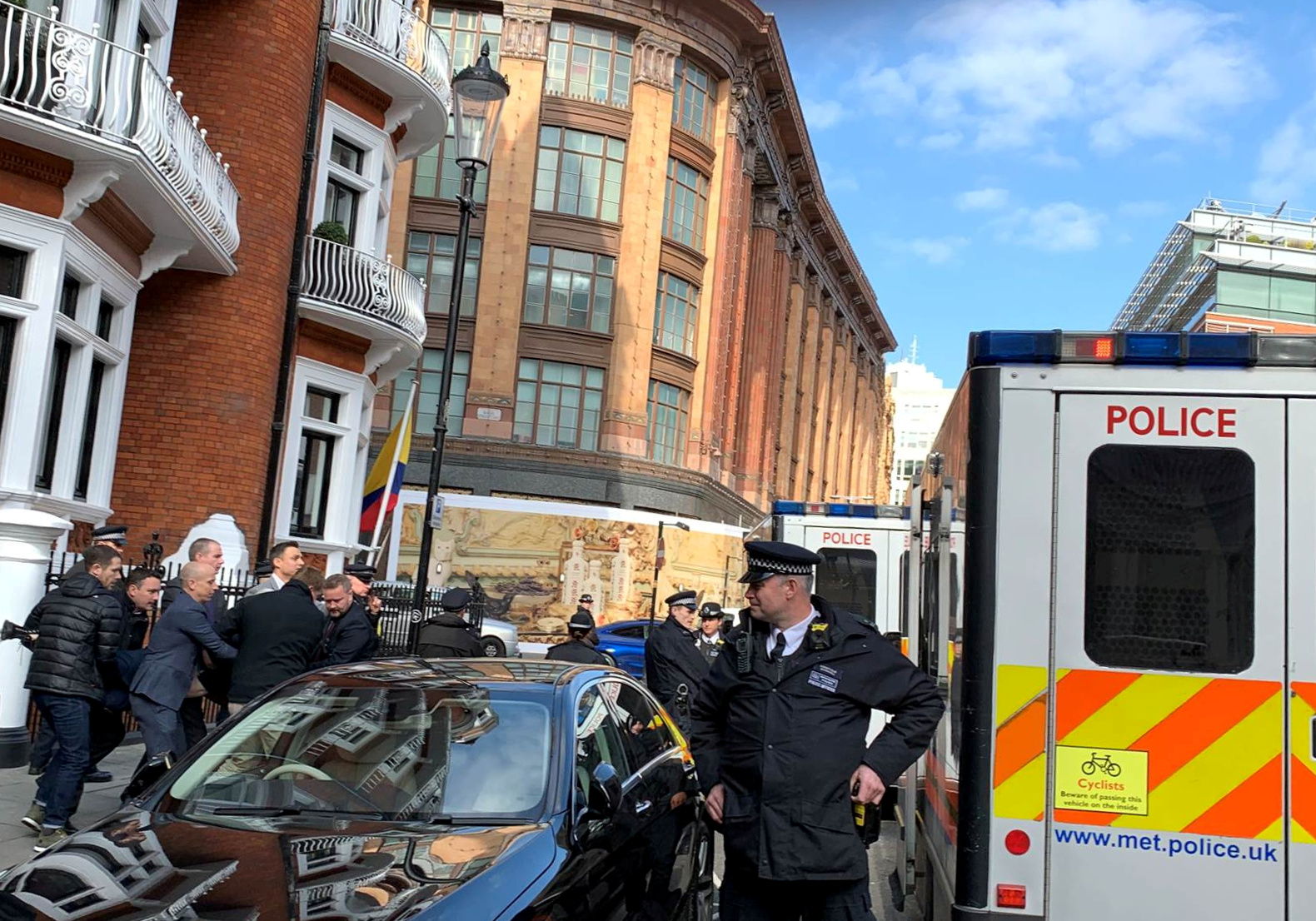اعتقال جوليان أسانج من داخل سفارة الإكوادور بلندن (10)
