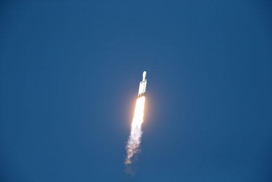 لحظة-إطلاق-أقوى-صاروخ-للفضاء-(12)