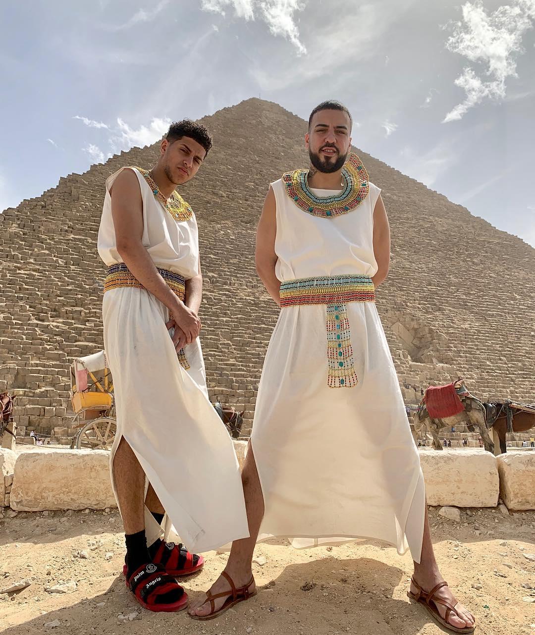 فرنش مونتانا أمام الأهرامات المصرية