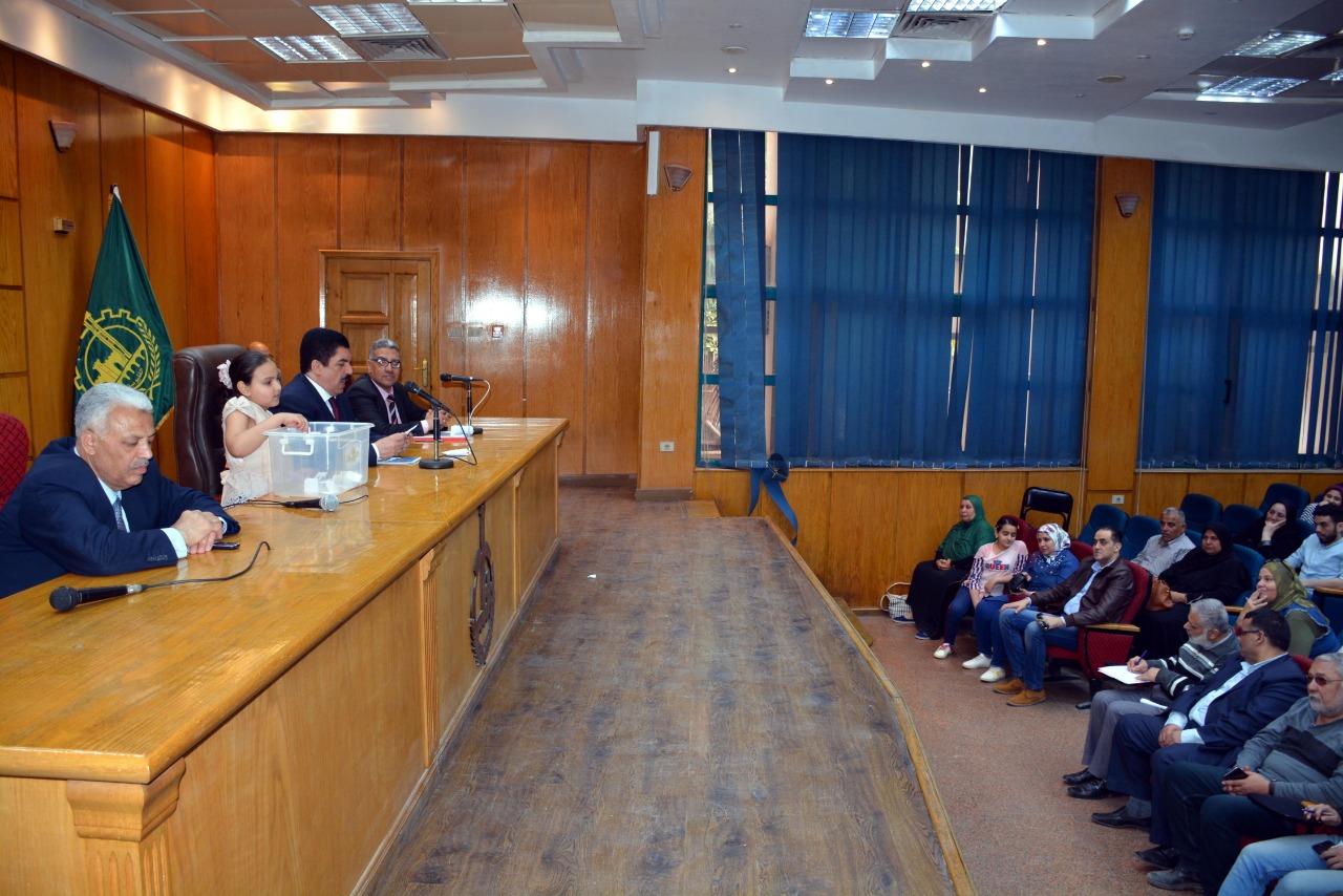 محافظ القليوبية يجرى قرعة حج الجمعيات الأهلية  (1)