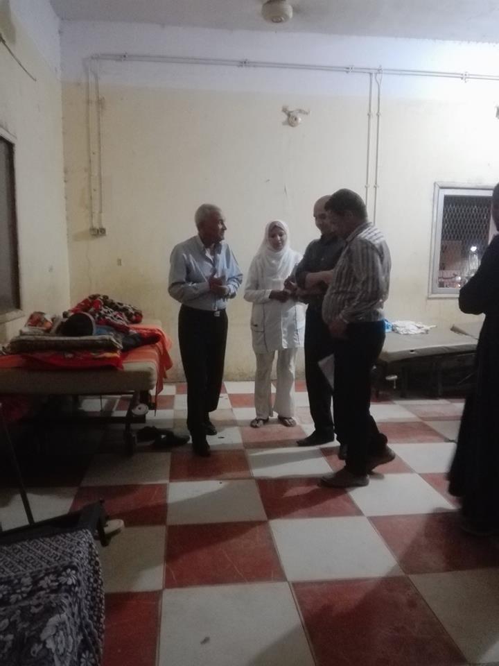 إصابة 6 مواطنين بتسمم في أكل منزلي بمدينة إسنا ورئيس المدنة يتابع حالتهم بالمستشفي (4)