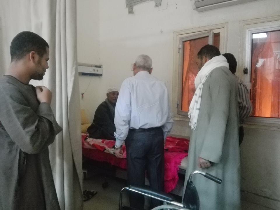 إصابة 6 مواطنين بتسمم في أكل منزلي بمدينة إسنا ورئيس المدنة يتابع حالتهم بالمستشفي (1)