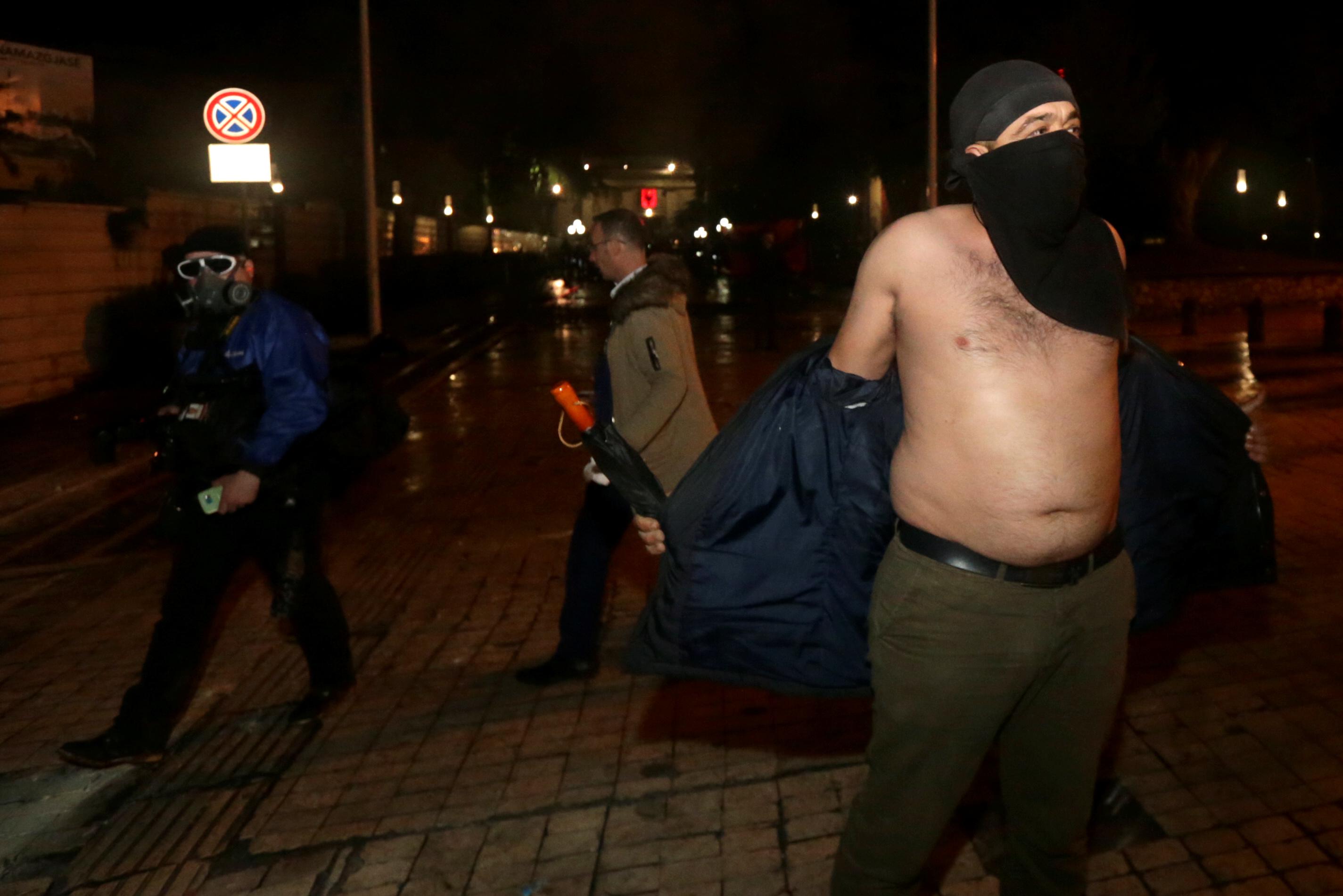 أنصار حزب يحضرون احتجاجًا معارضًا للحكومة بالقرب من مبنى البرلمان في تيرانا