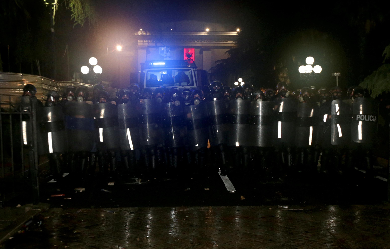 شوهد ضباط الشرطة خلال مظاهرة مناهضة للحكومة أمام مبنى البرلمان في تيرانا (3)