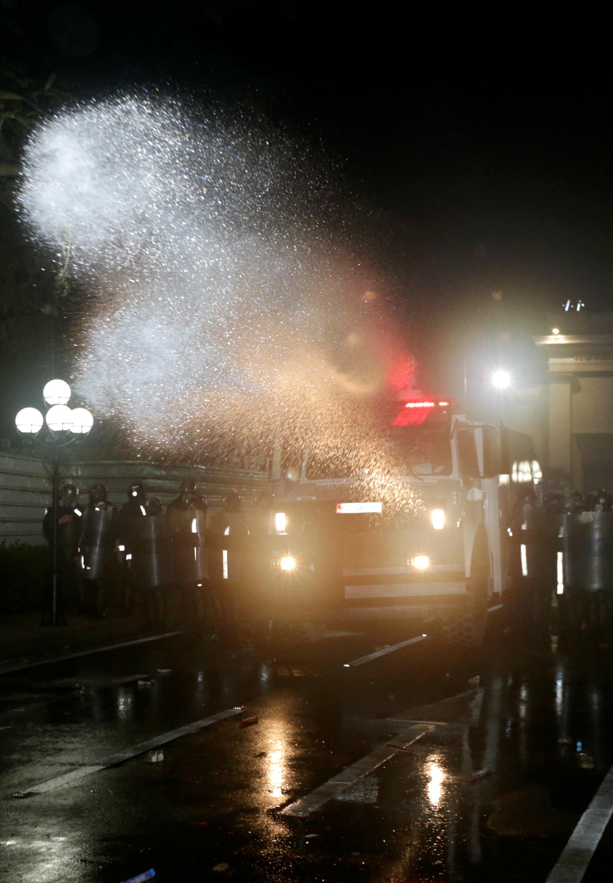 شوهد ضباط الشرطة خلال مظاهرة مناهضة للحكومة أمام مبنى البرلمان في تيرانا (4)