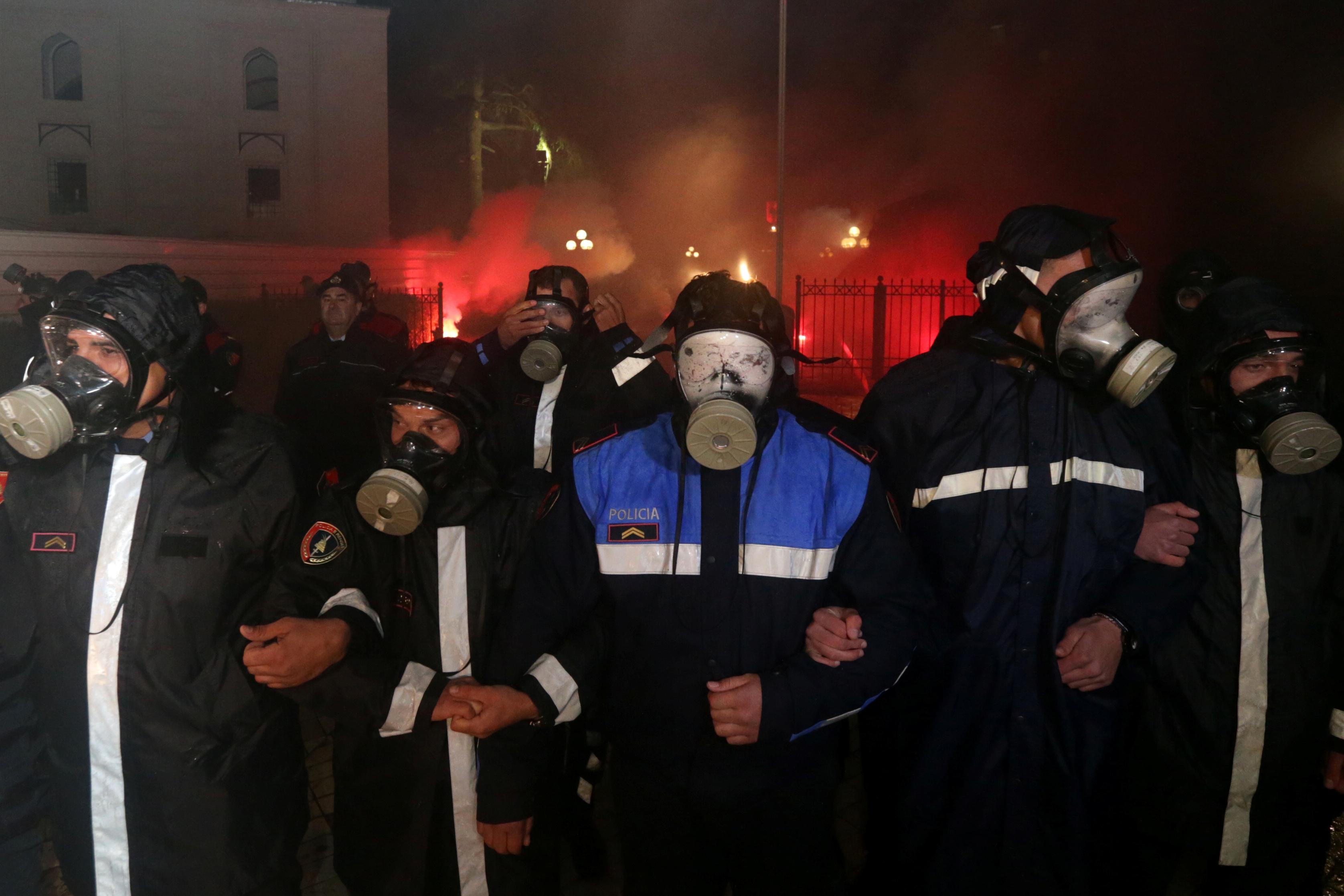 شوهد ضباط الشرطة خلال مظاهرة مناهضة للحكومة أمام مبنى البرلمان في تيرانا (2)