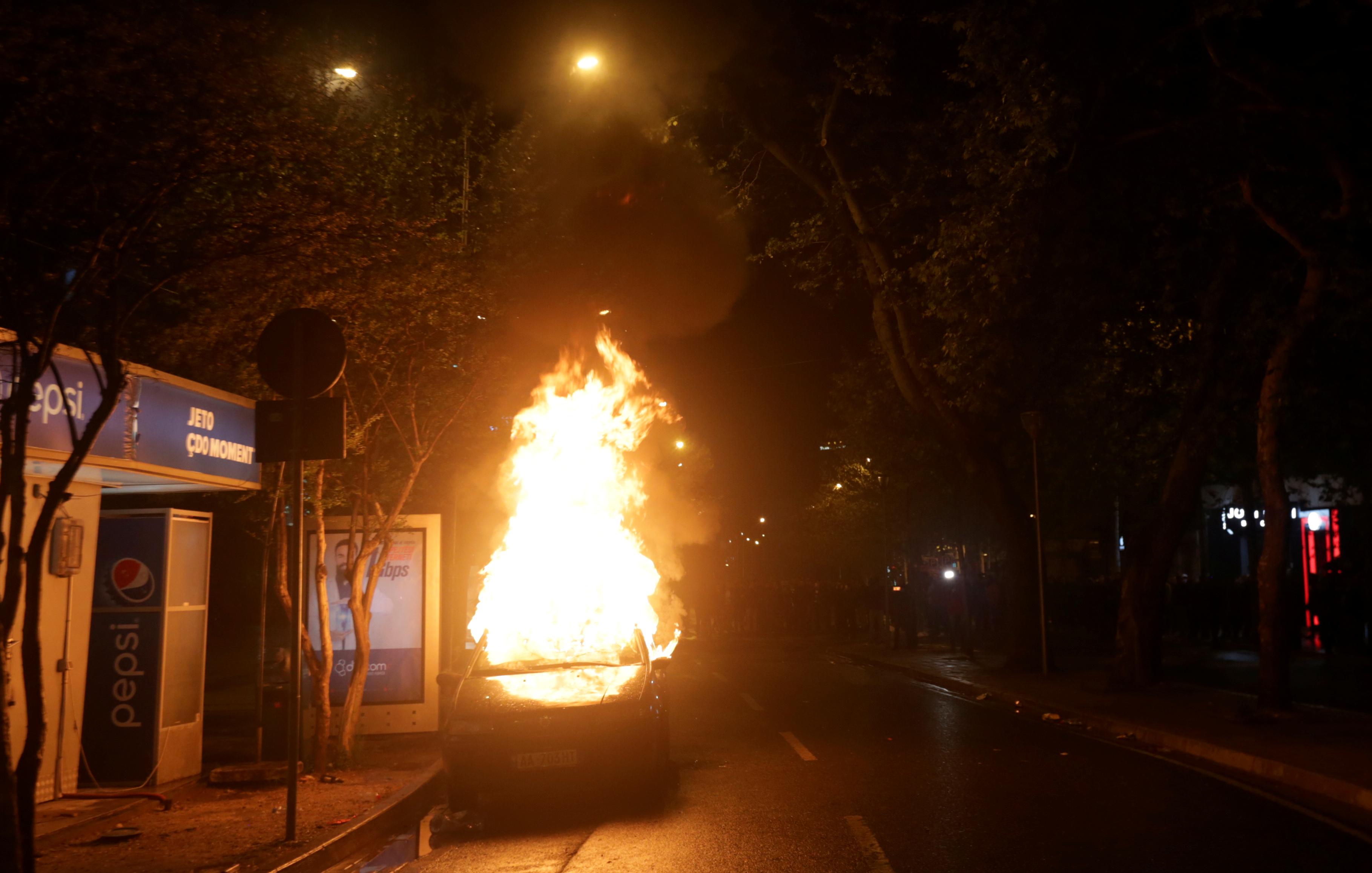 إحراق سيارة أثناء مظاهرة مناهضة للحكومة بالقرب من مبنى البرلمان في تيرانا (2)
