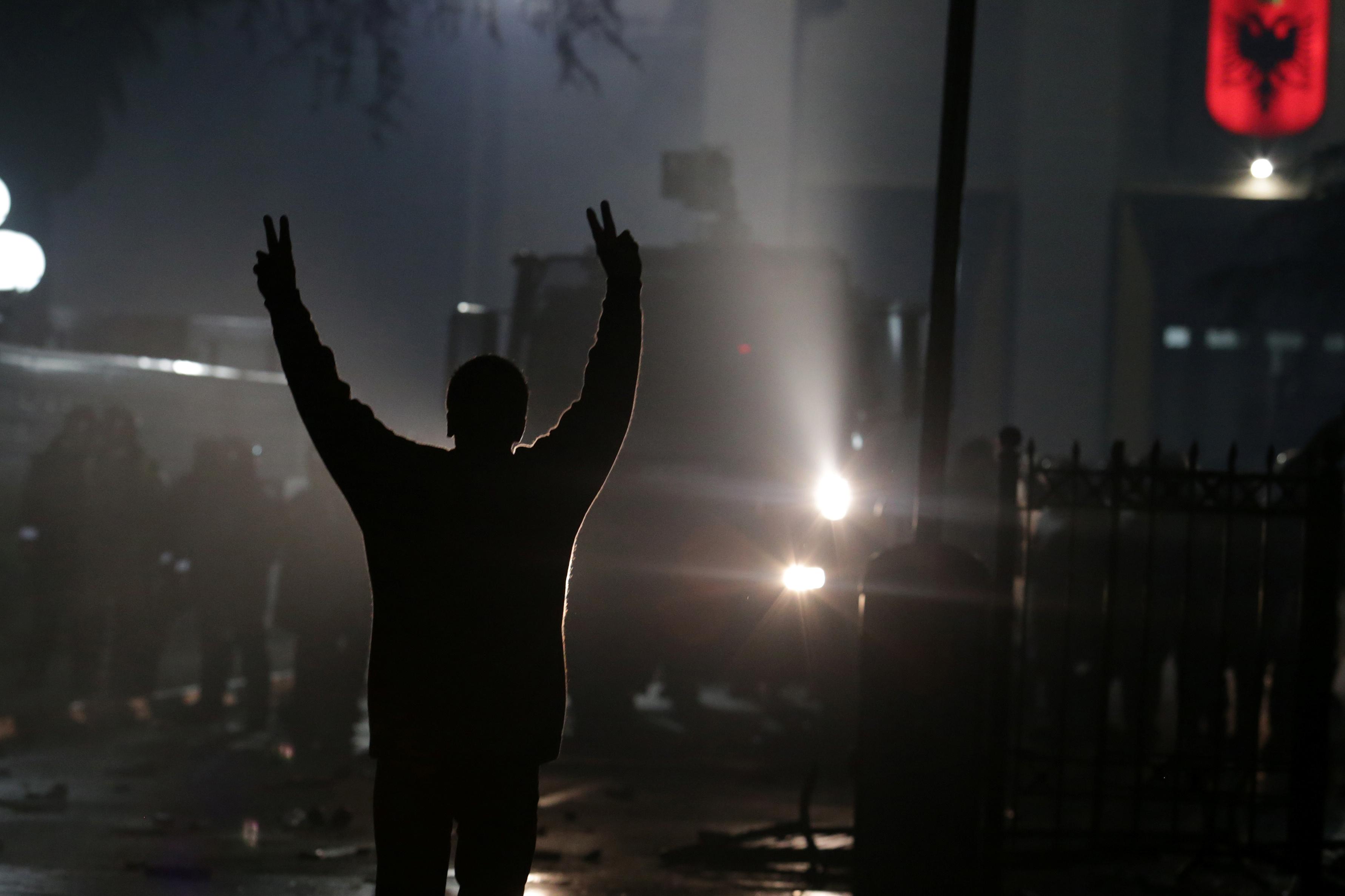 أحد مؤيدي حزب المعارضة يلتمس مظاهرة مناهضة للحكومة أمام مبنى البرلمان في تيرانا