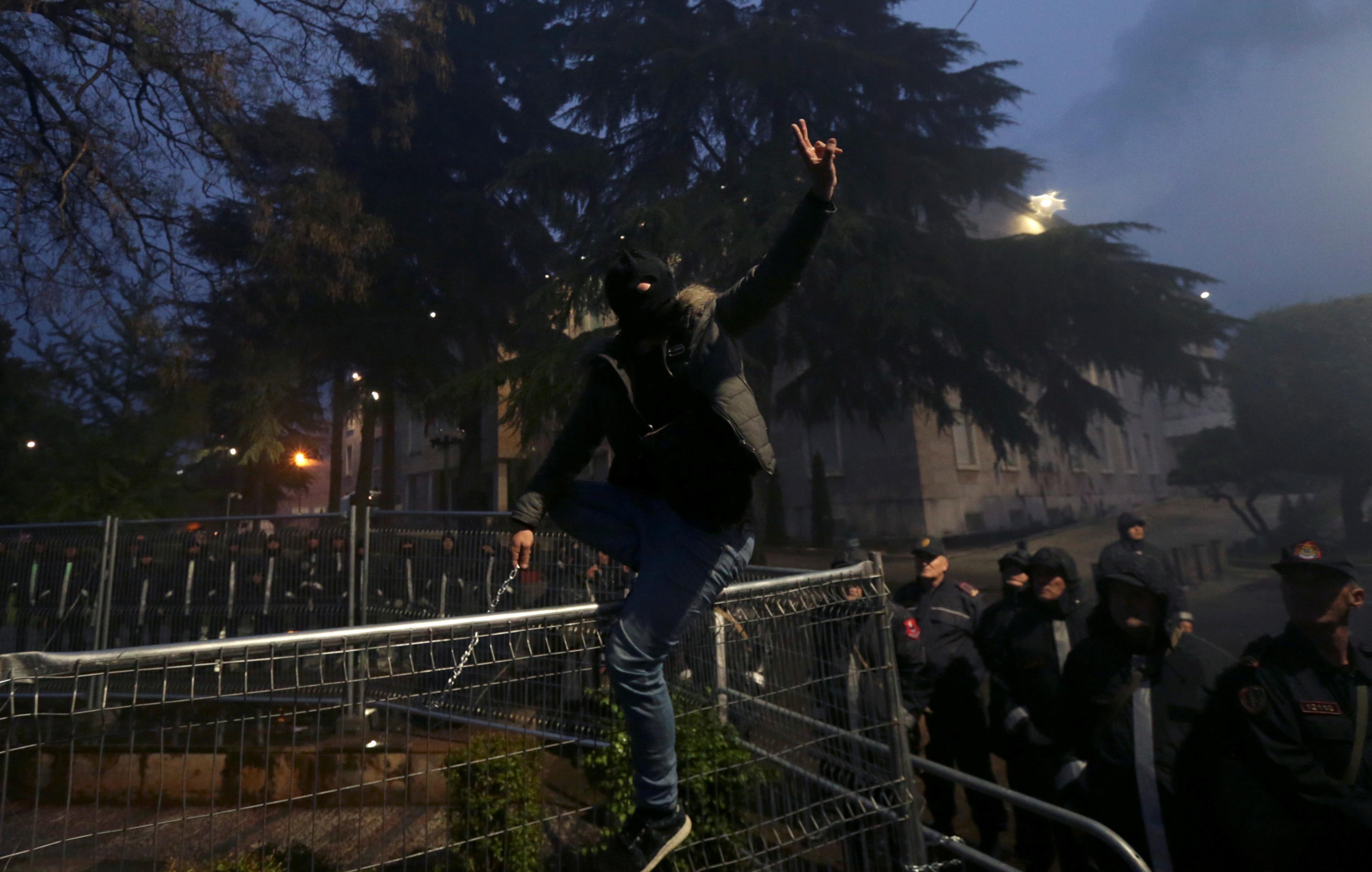 أحد أنصار حزب المعارضة يشارك في مظاهرة مناهضة للحكومة أمام مكتب رئيس الوزراء في العاصمة تيرانا
