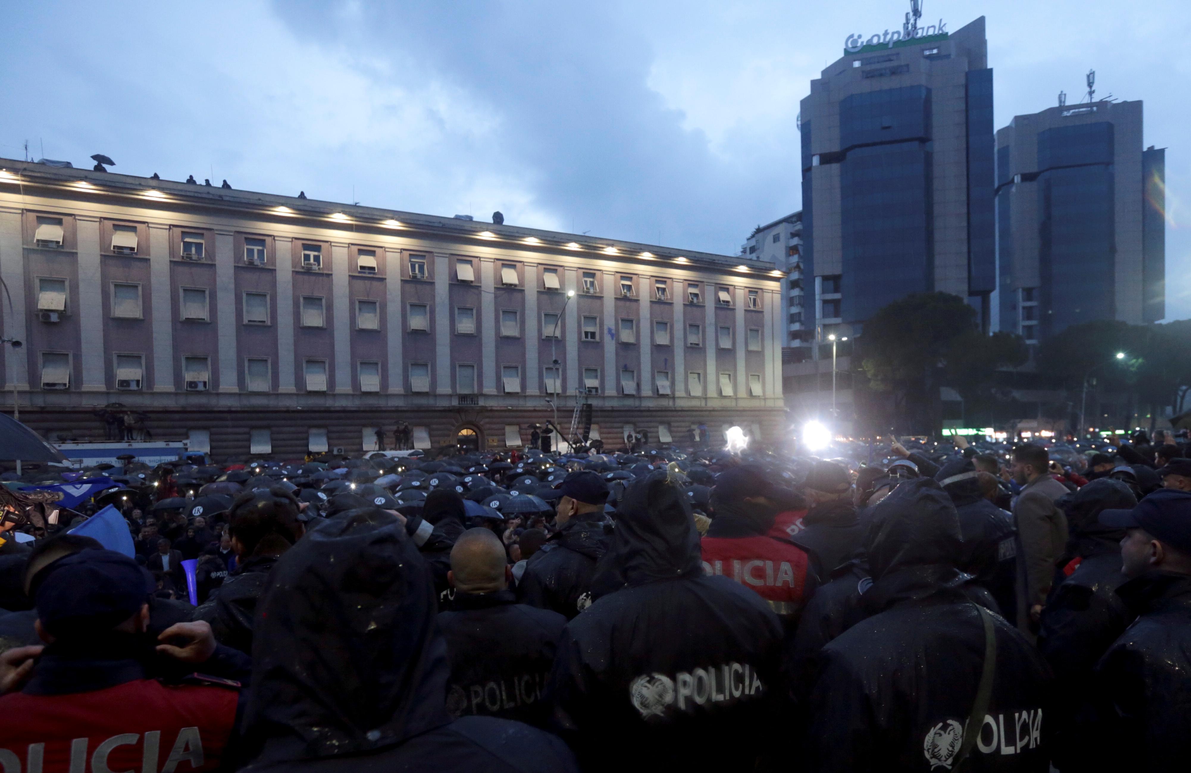 يحضر أنصار حزب المعارضة مظاهرة مناهضة للحكومة أمام مكتب رئيس الوزراء إدي راما في تيرانا