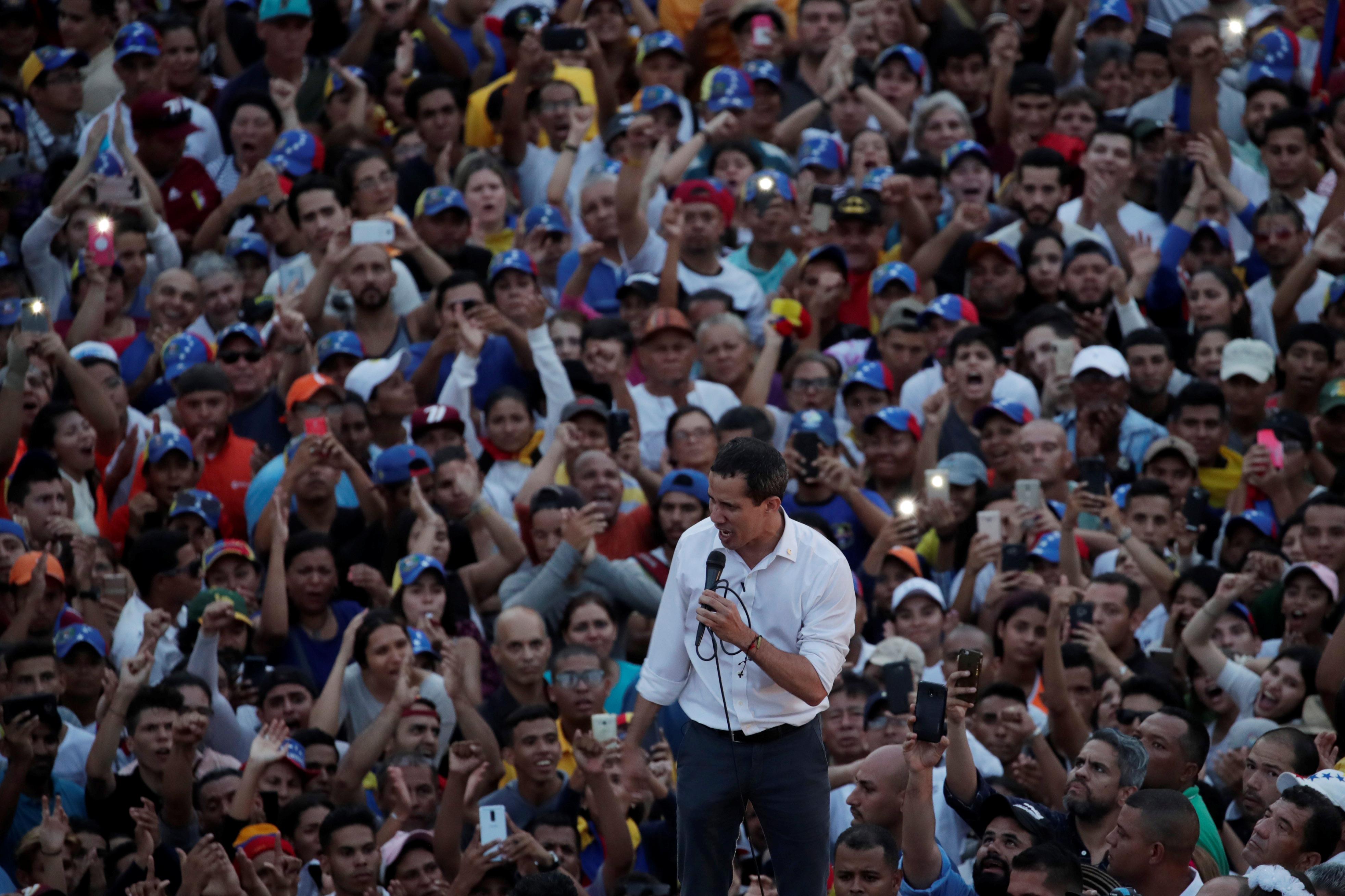 زعيم المعارضة الفنزويلية جوايدو يشارك في مظاهرة خلال زيارته لماراكايبو