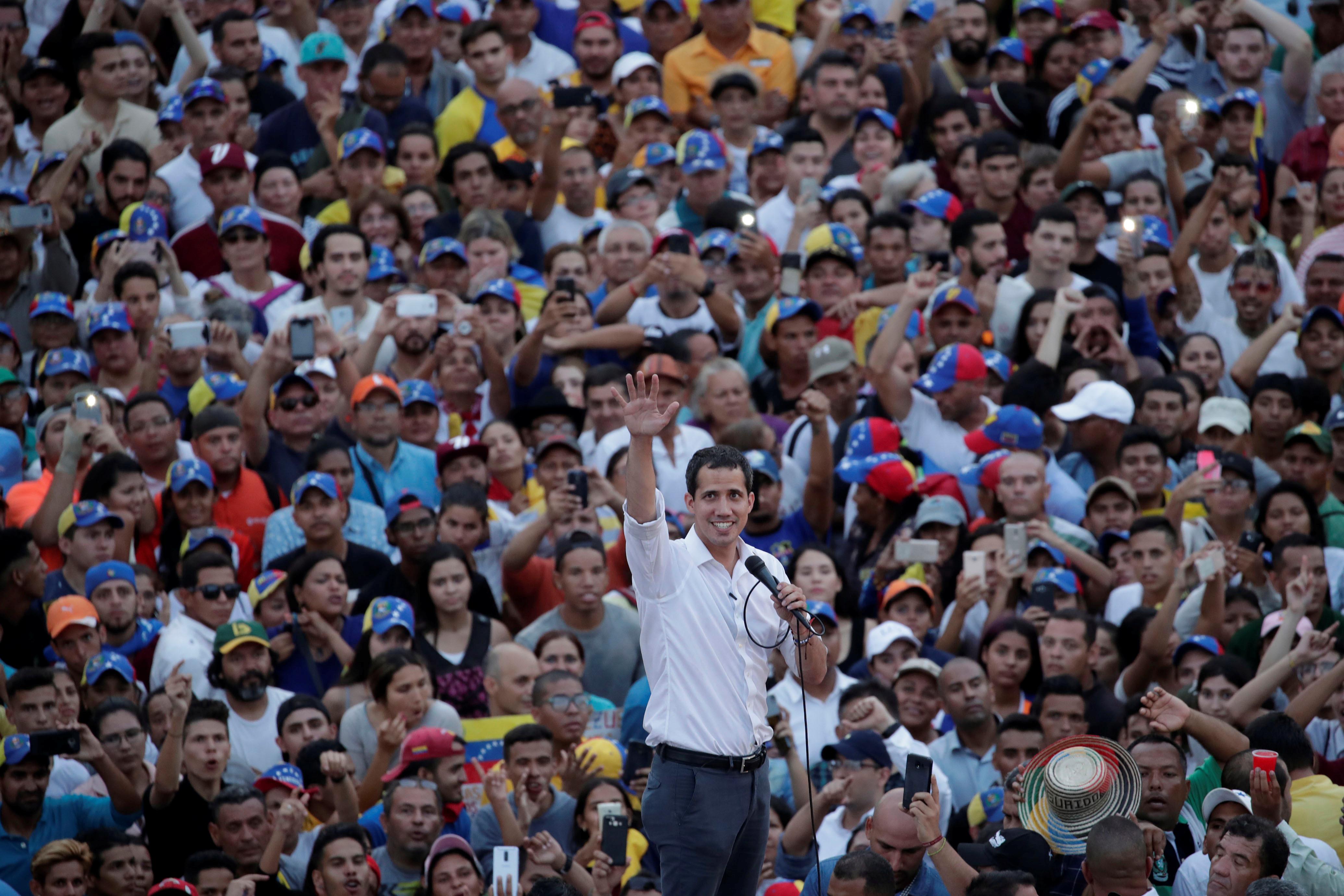 زعيم المعارضة الفنزويلية جوايدو يشارك في مظاهرة خلال زيارته لماراكايبو 4