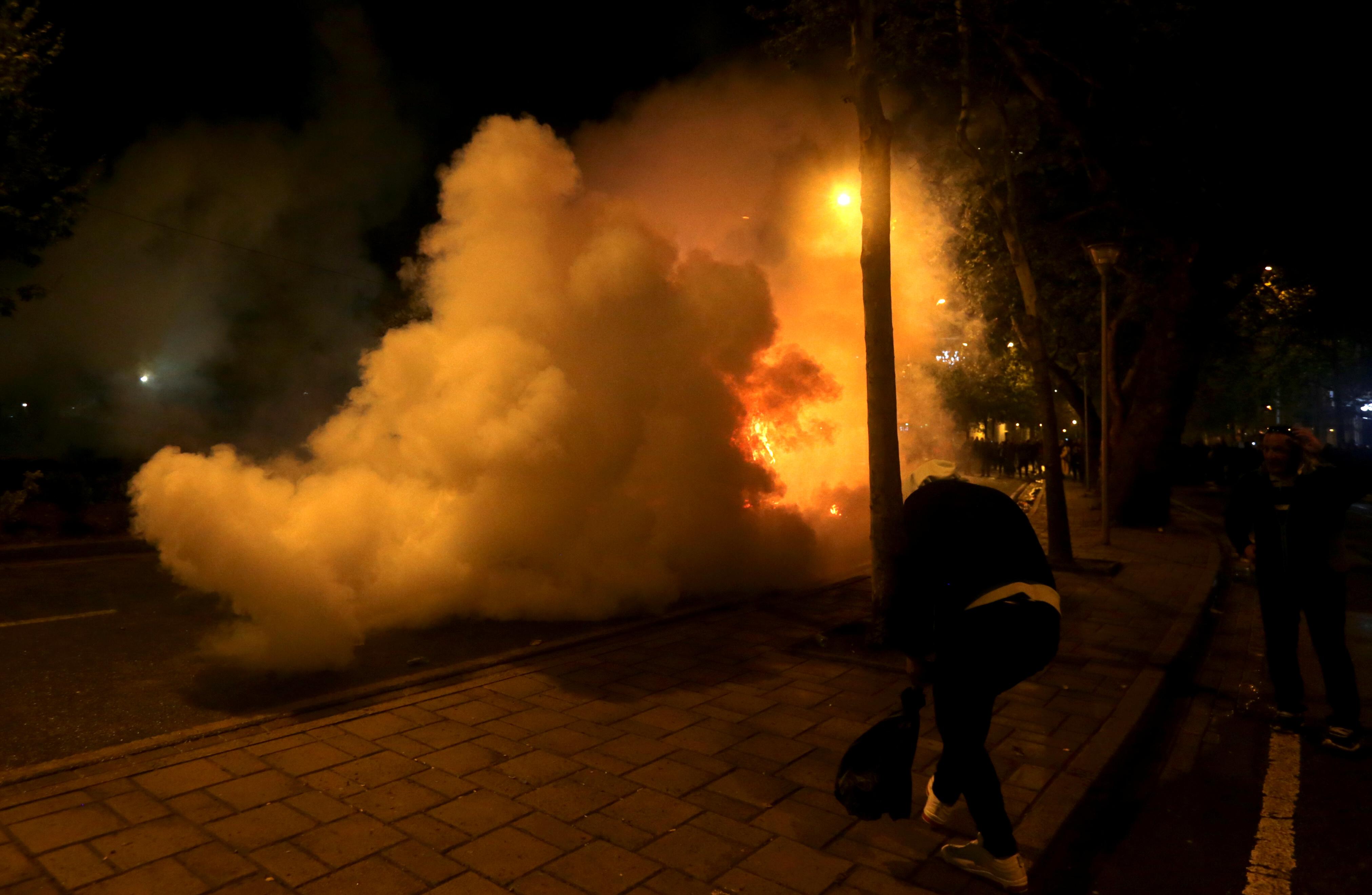 إحراق سيارة أثناء مظاهرة مناهضة للحكومة بالقرب من مبنى البرلمان في تيرانا