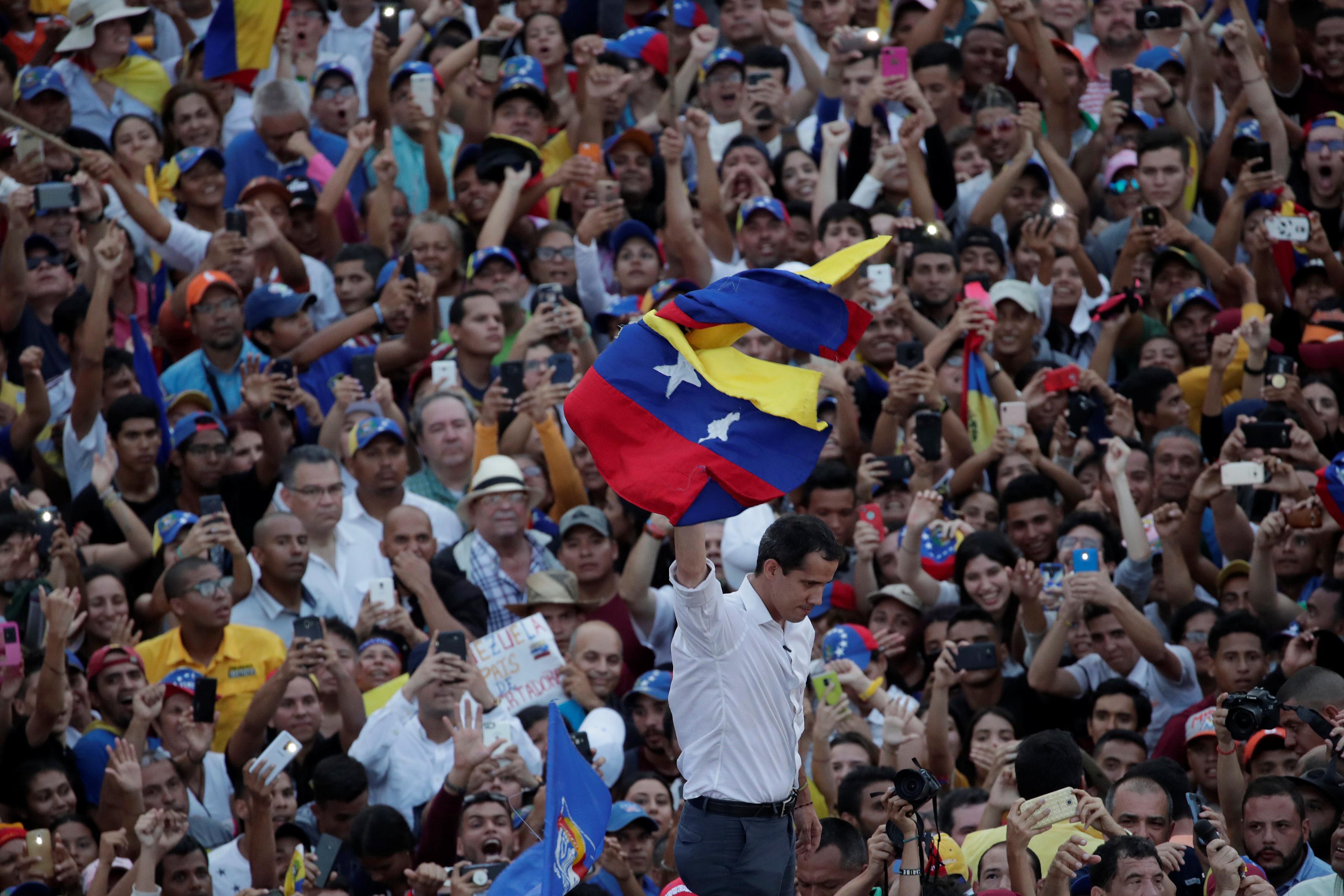 زعيم المعارضة الفنزويلية جوايدو يشارك في مظاهرة خلال زيارته لماراكايبو 7