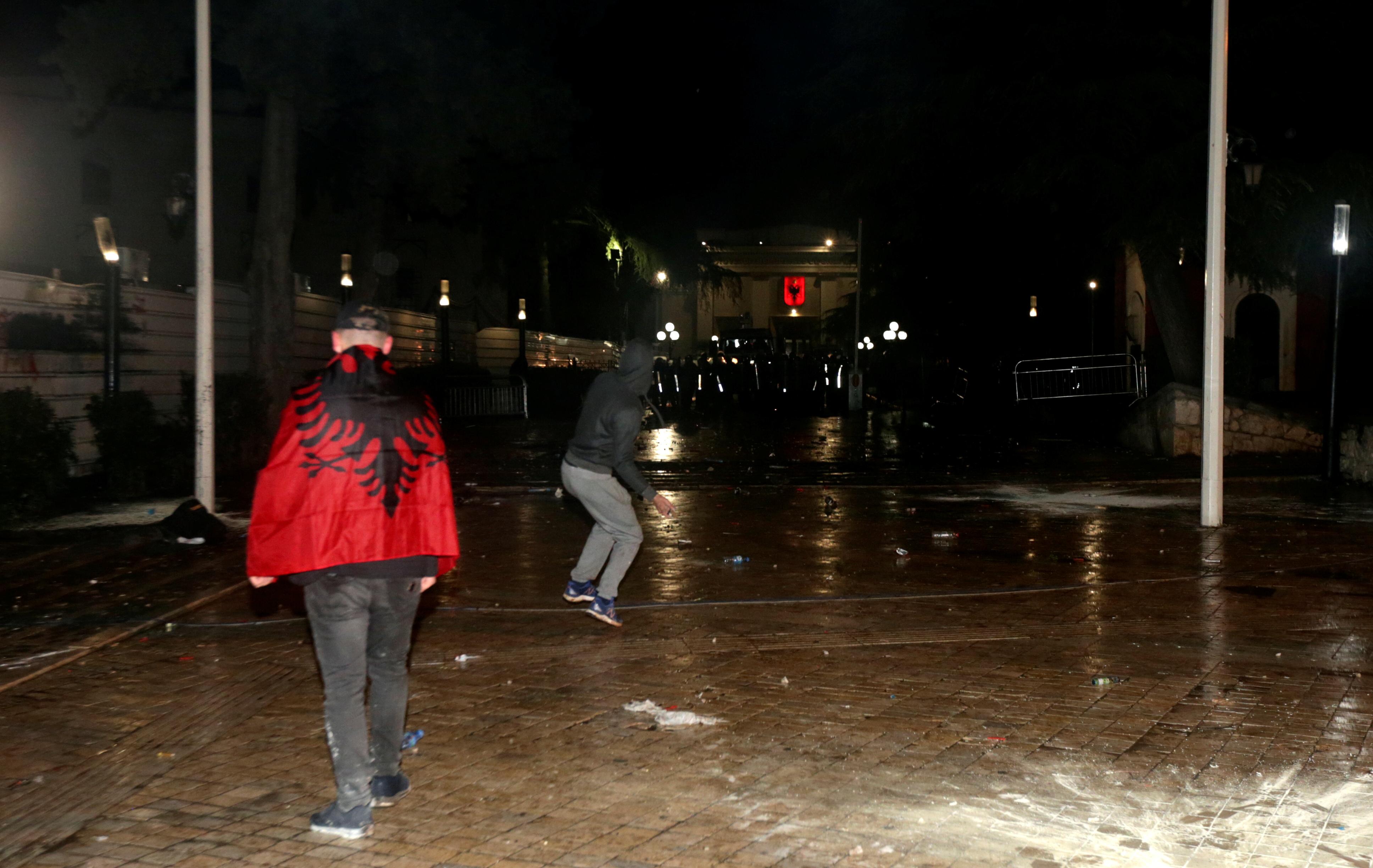 أنصار حزب المعارضة يحضرون احتجاجًا معارضًا للحكومة أمام مبنى البرلمان في تيرانا