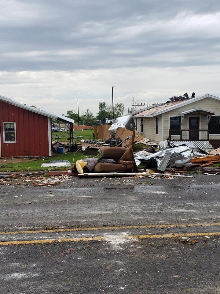 الحطام الذى خلفه إعصار فى فرانكلين بولاية تكساس بامريكا3