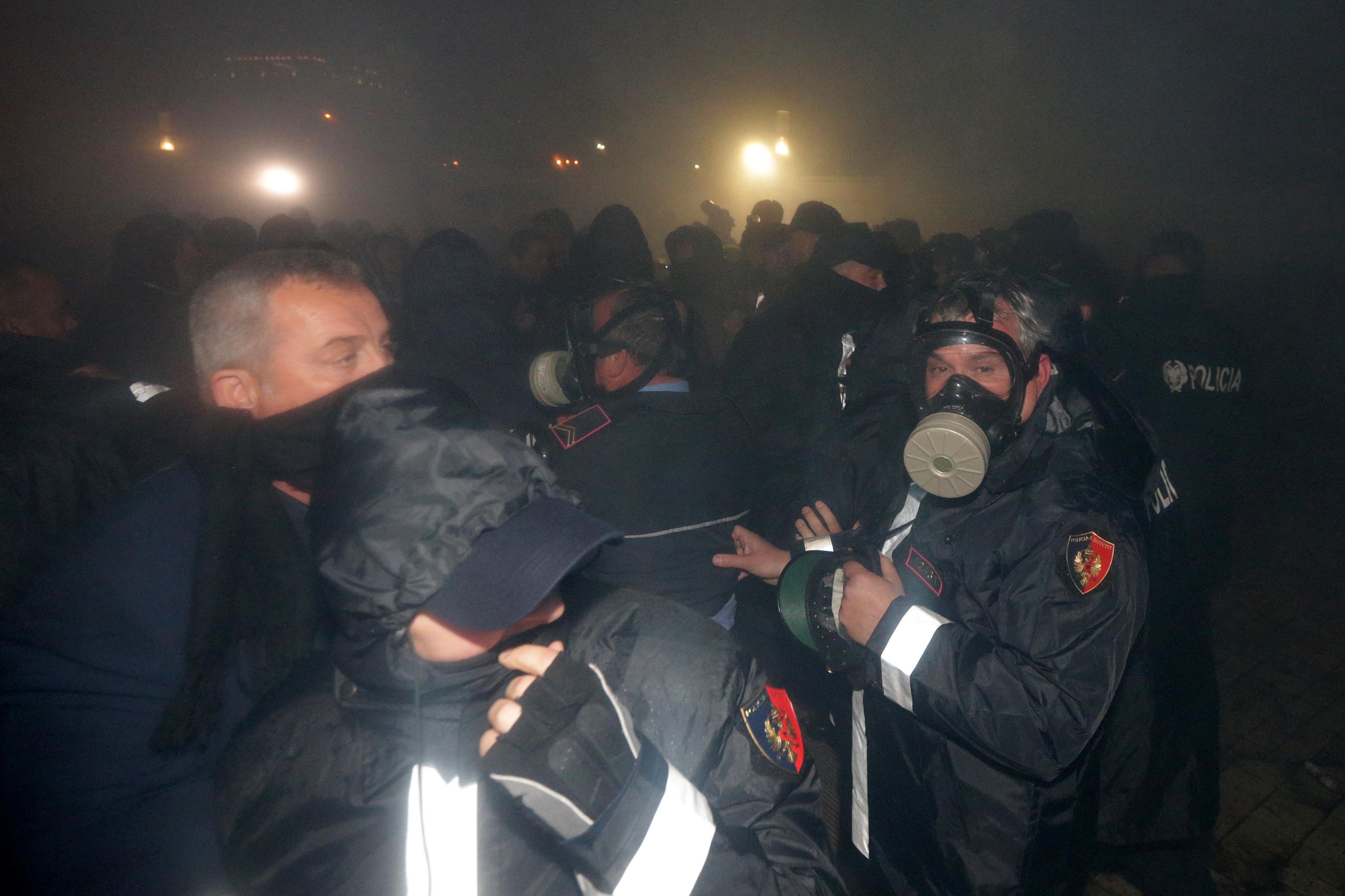 شوهد ضباط الشرطة خلال مظاهرة مناهضة للحكومة أمام مبنى البرلمان في تيرانا