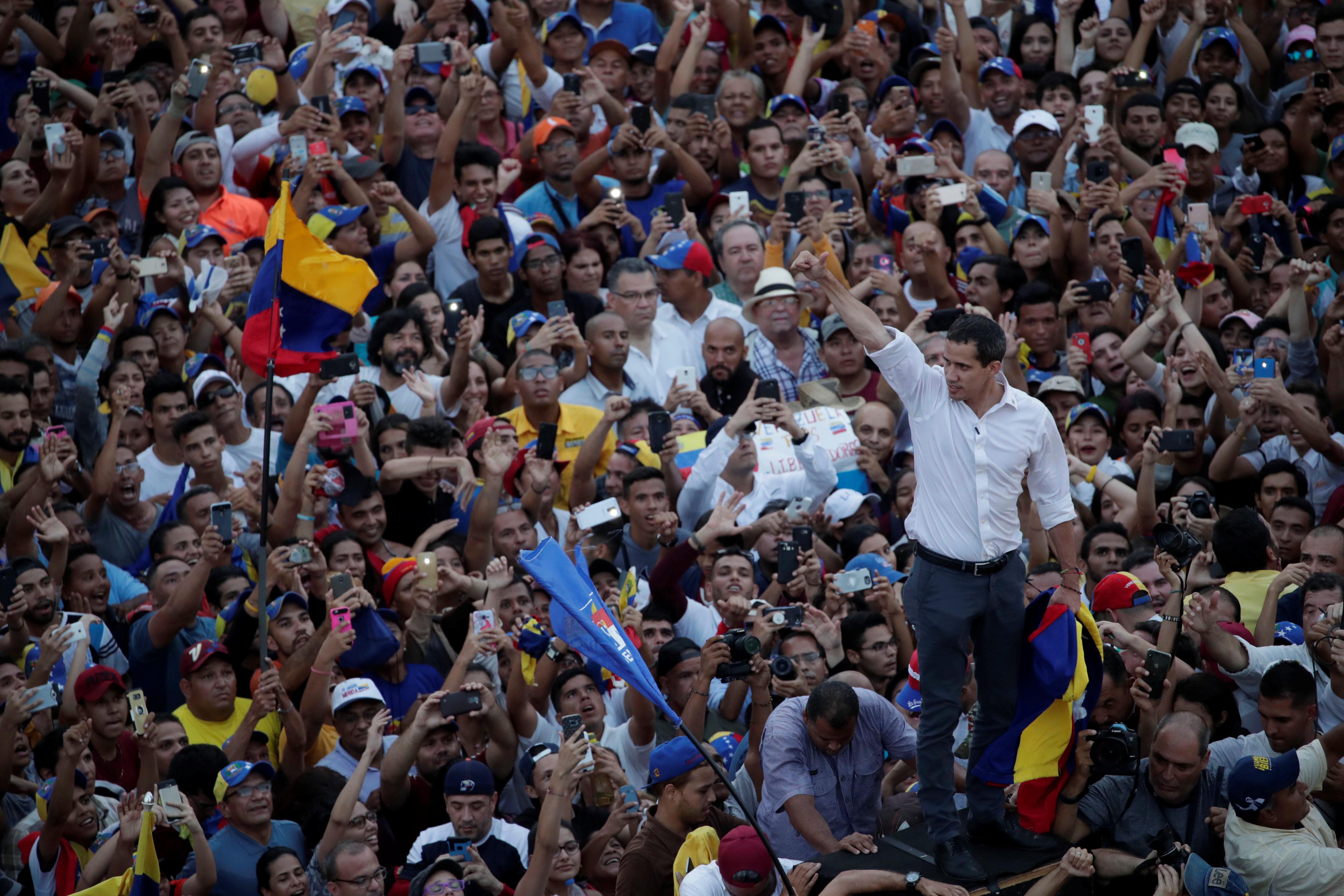 زعيم المعارضة الفنزويلية جوايدو يشارك في مظاهرة خلال زيارته لماراكايبو 5