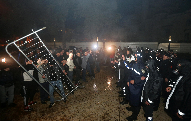 اشتبك أنصار حزب المعارضة مع الشرطة خلال مظاهرة مناهضة للحكومة أمام مبنى البرلمان في تيرانا