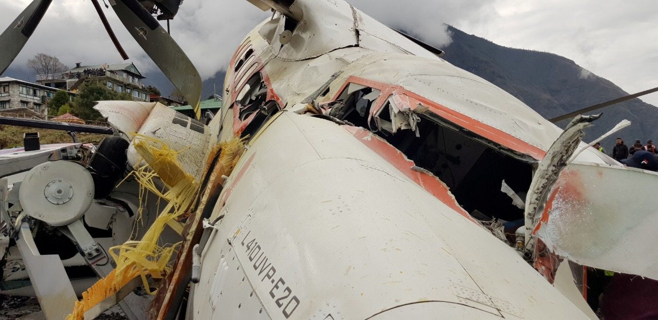 أثار الدمار تبدو واضحة بالطائرة
