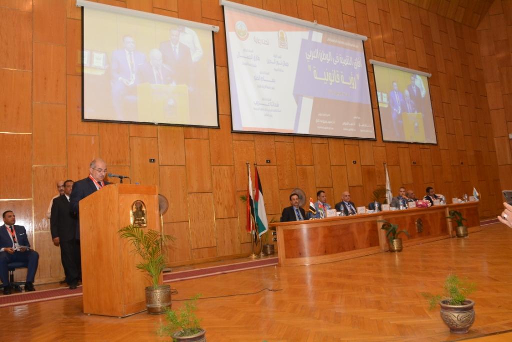 نخبة من الأساتذة والباحثين القانونين بمختلف البلدان العربية  (14)