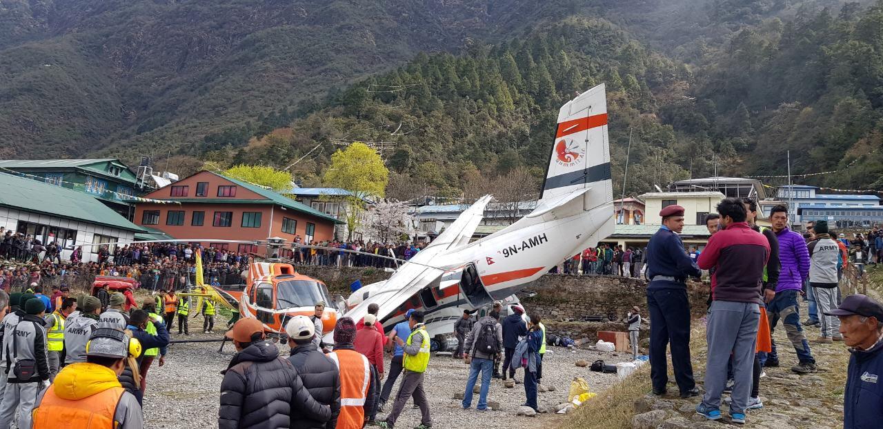 قوات الانقاذ والشرطة يحيطون بالطائرة