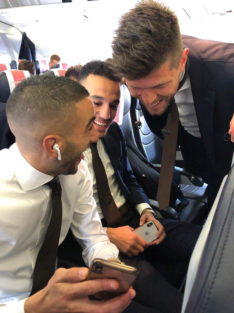 زياش فى مداعبة مع زملائه داخل الطائرة