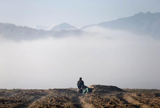 حياة صائد الطيور الأفغانى فى حقل باجرام  (8)