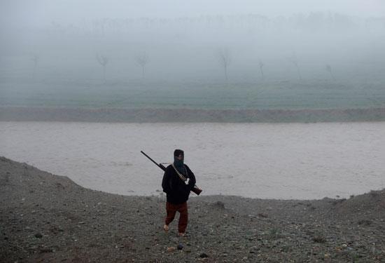 حياة صائد الطيور الأفغانى فى حقل باجرام  (10)