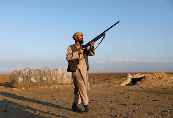 حياة صائد الطيور الأفغانى فى حقل باجرام  (5)