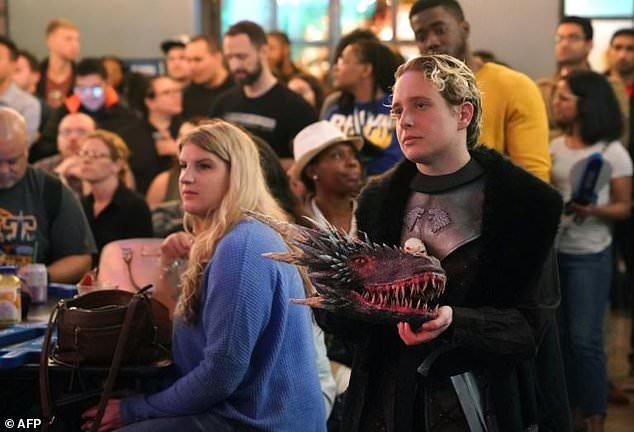 مواطنون فى امريكا يترقبون الحلقة الأولى من مسلسل جيم اوف ثرونز