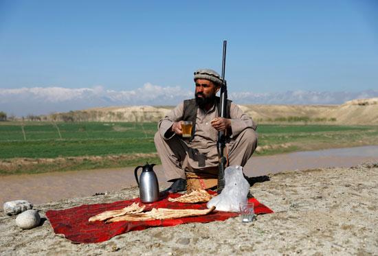 حياة صائد الطيور الأفغانى فى حقل باجرام  (11)