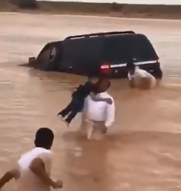 انقاذ اسرة سعودية من الأمطار
