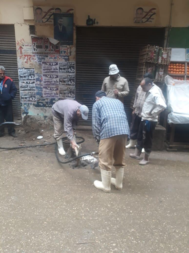 العمال أثناء إجراء الصيانة