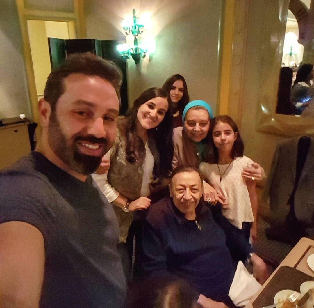 حازم إمام مع عائلته