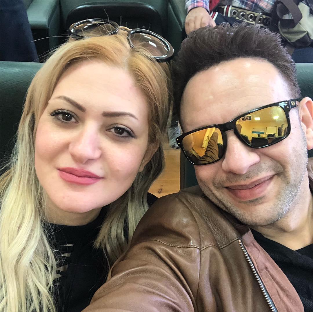 مصطفى قمر مع زوجته