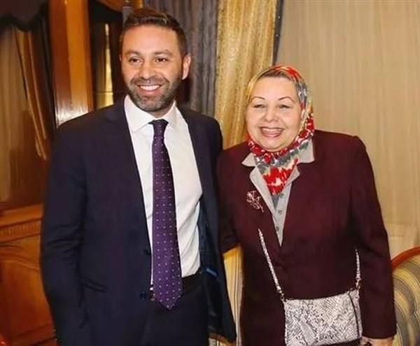 حازم إمام ووالدته الدكتورة ماجى الحلوانى