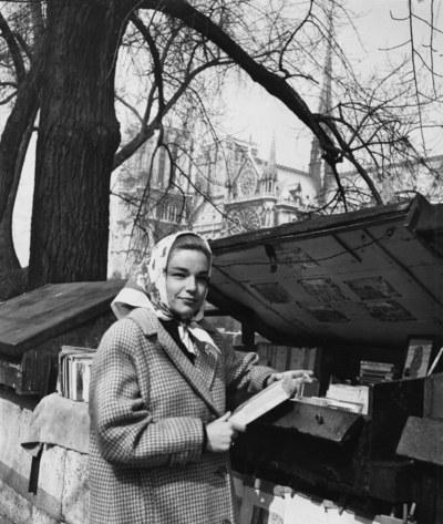 سيمون سينوريت أمام بائعي الكتب في باريس عام 1955