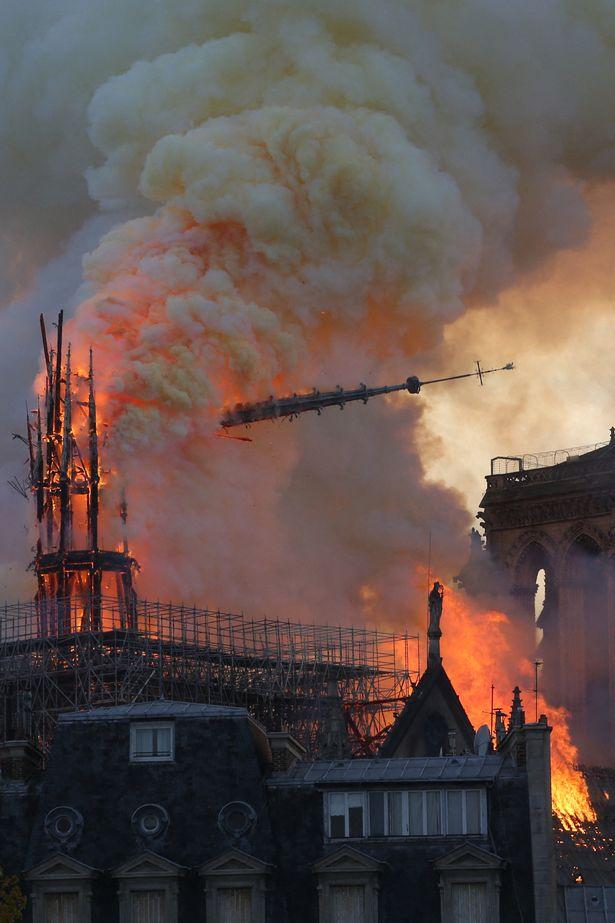 لحظة سقوط برج الكاتدرائية الشهيرة