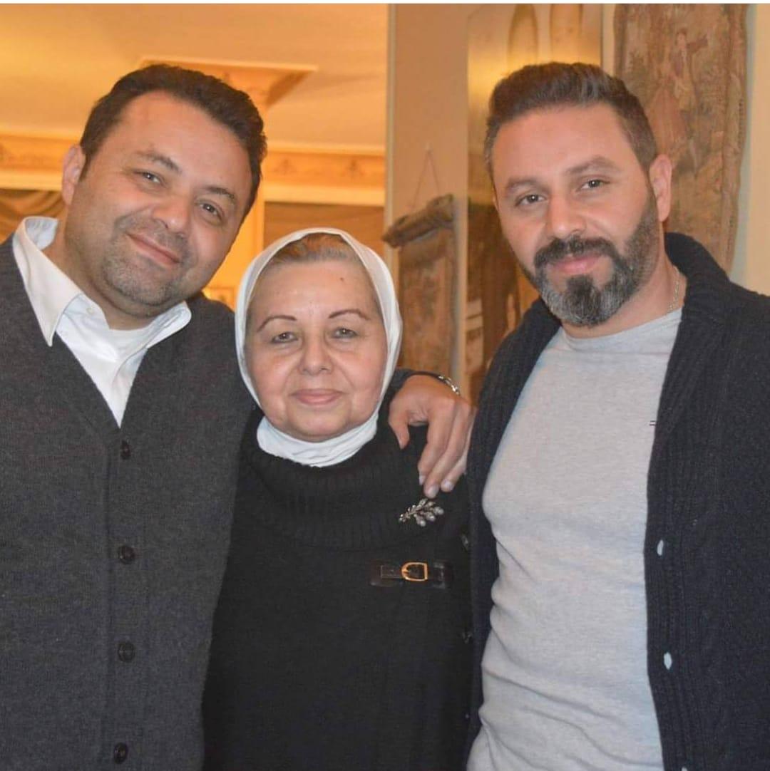 حازم إمام ووالدته الدكتورة ماجى الحلوانىو شقيقه أشرف