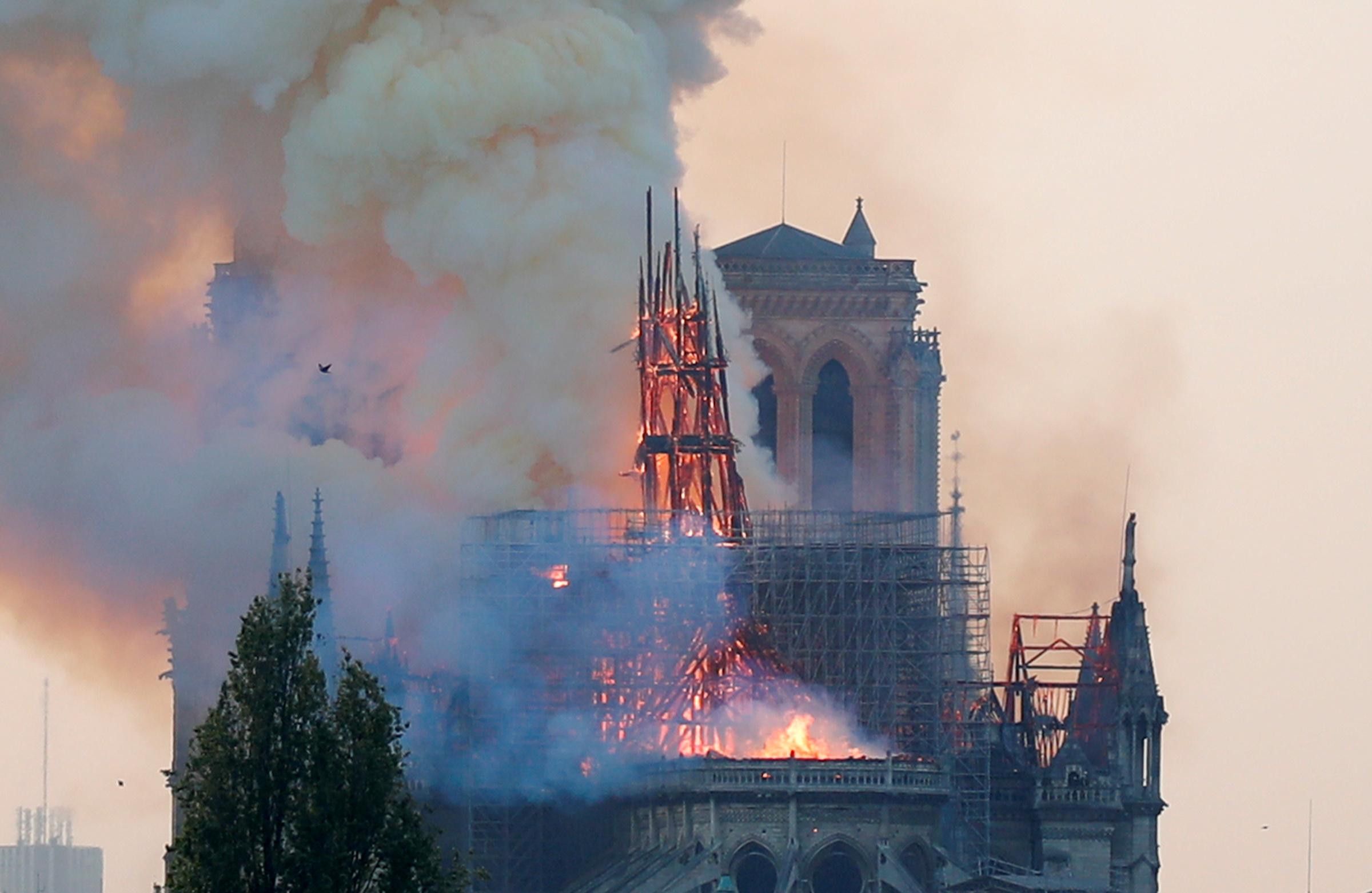 جهود رجال الإطفاء لانقاذ الكاتدرائية (6)