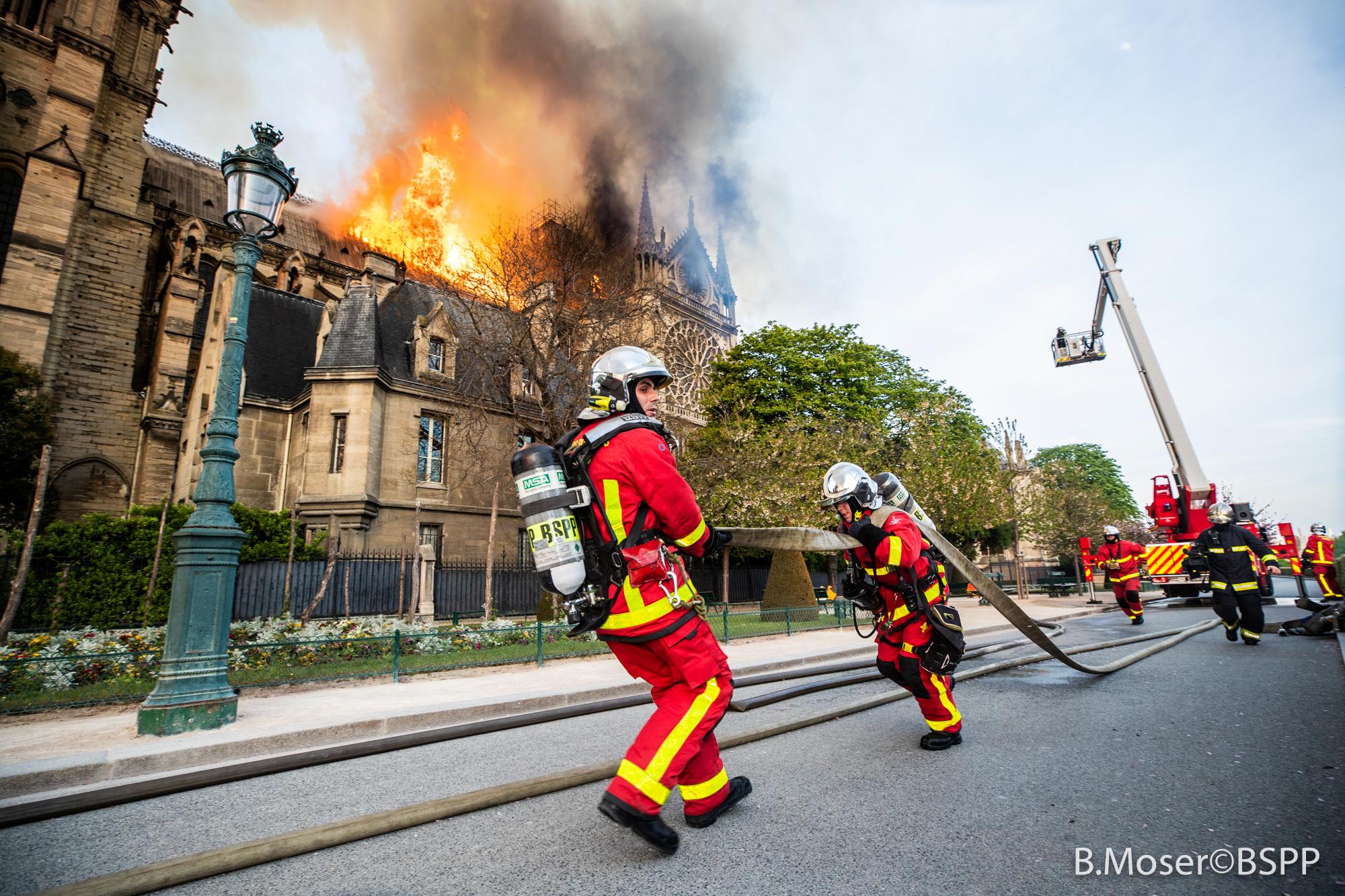 جهود رجال الإطفاء لانقاذ الكاتدرائية (4)