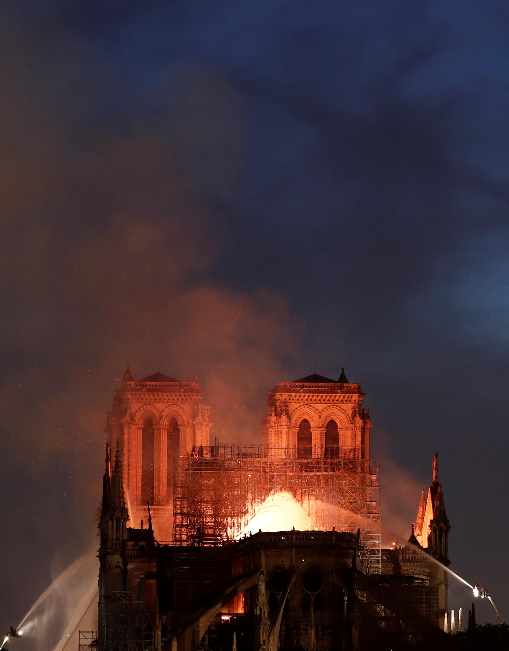 اندلاع الحريق فى الكاتدرائية (7)