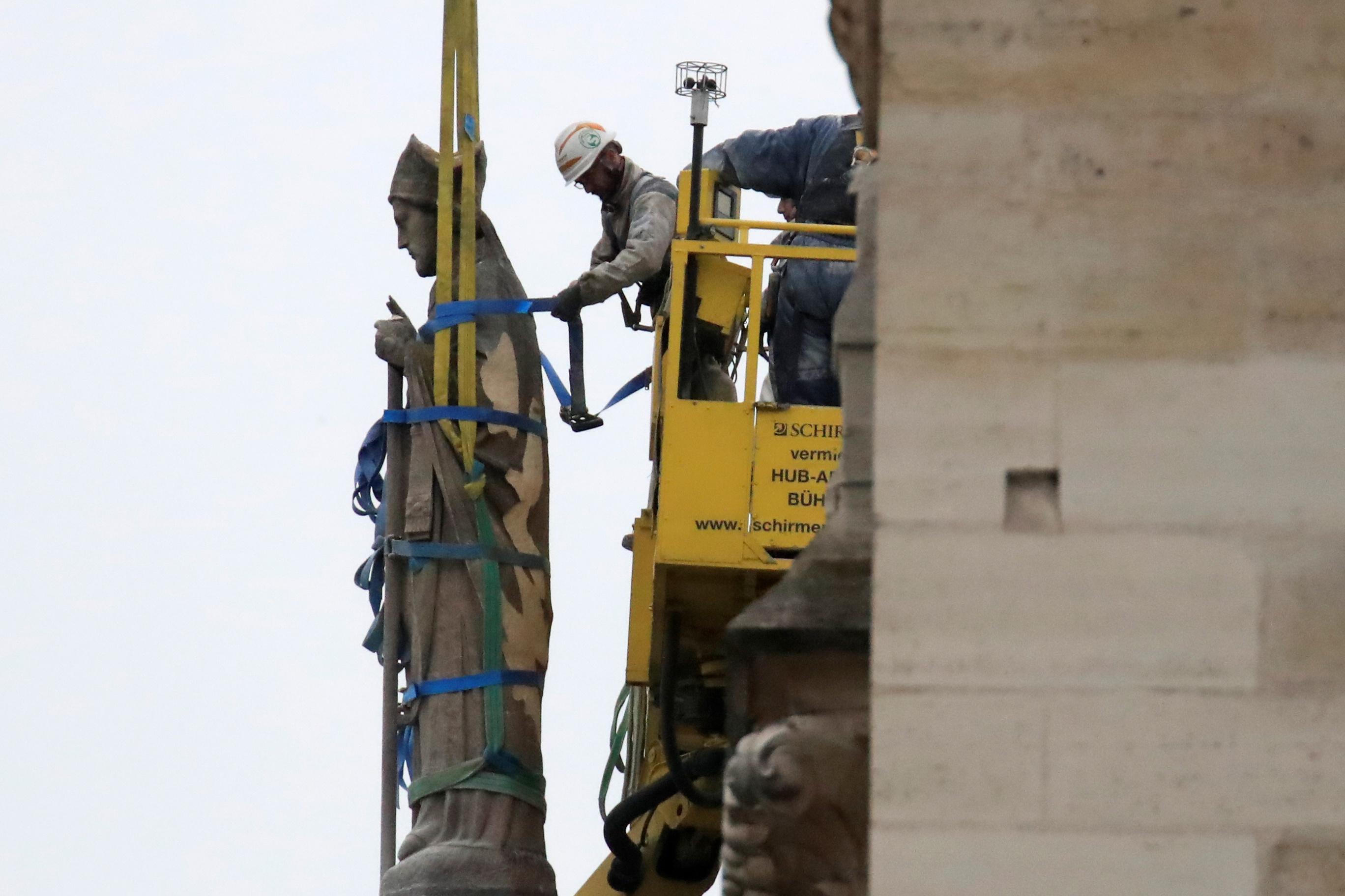 بداية نقل  نفائس الكاتدرائية لمتحف اللوفر (1)