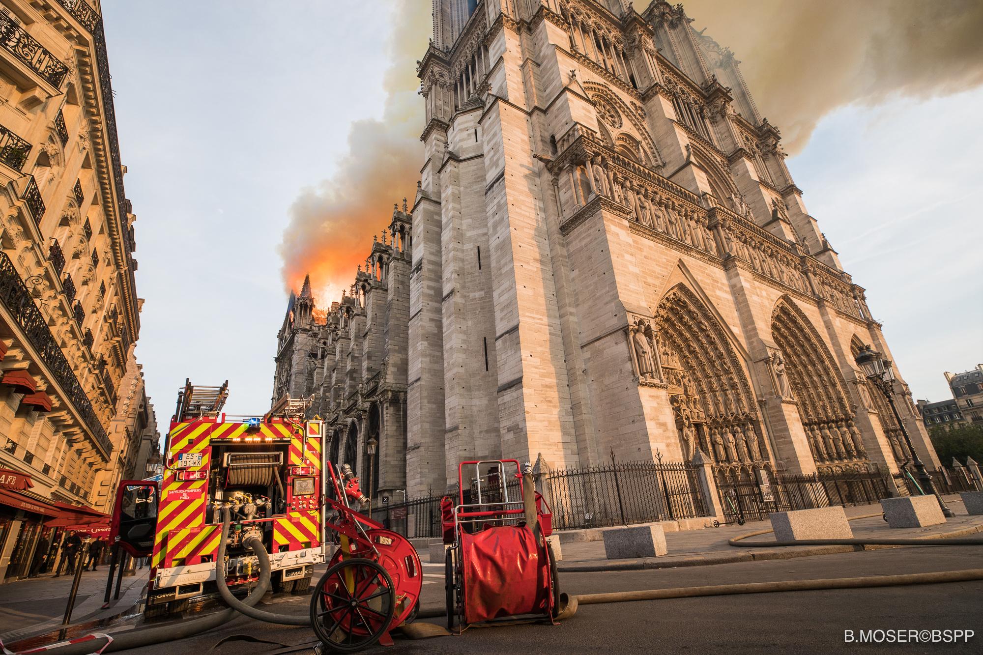جهود رجال الإطفاء لانقاذ الكاتدرائية (5)