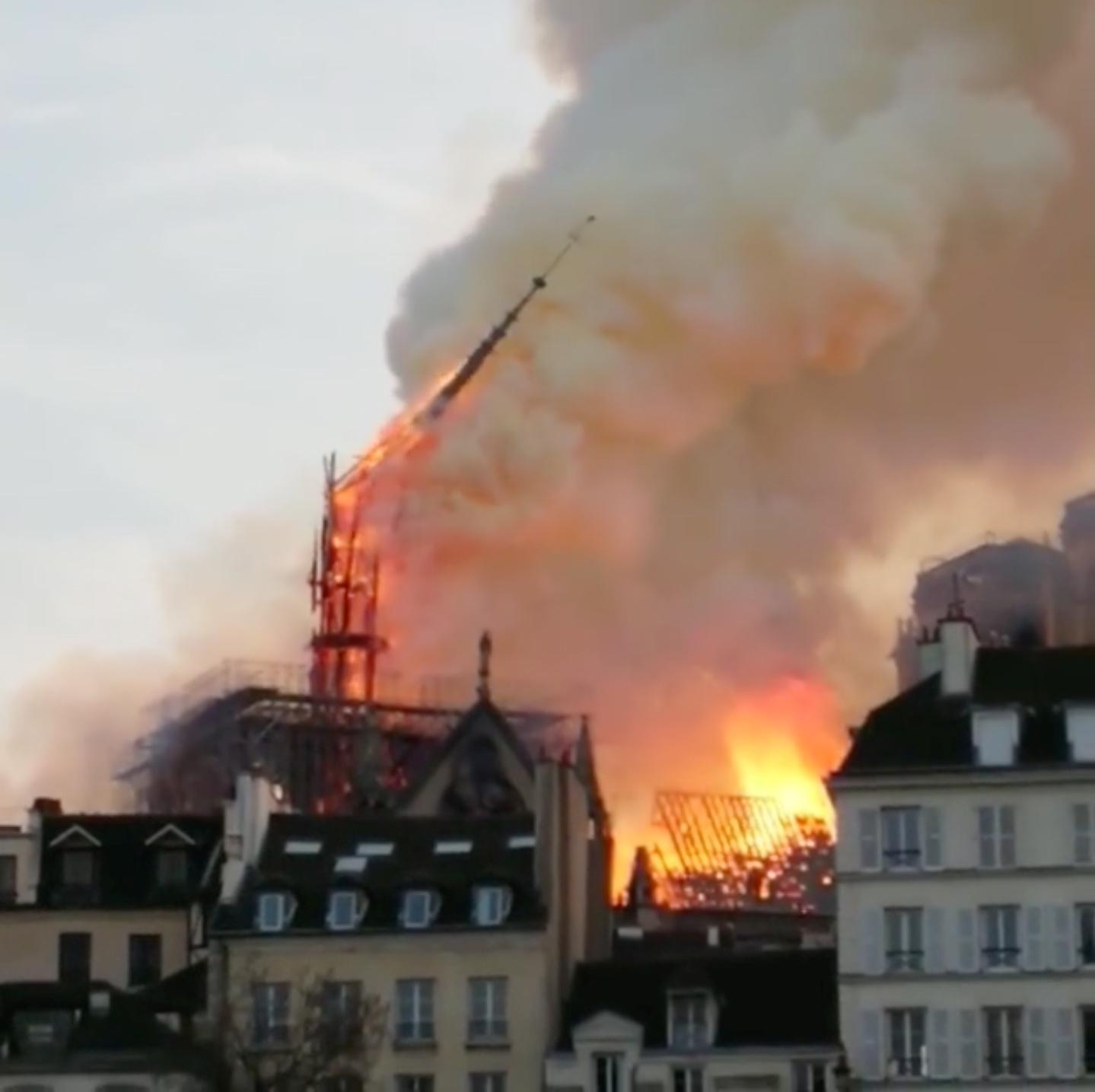 اندلاع الحريق فى الكاتدرائية (6)
