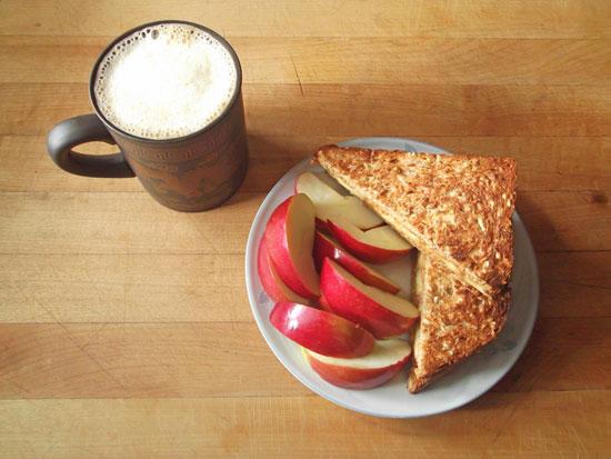 تفاح وزبدة الفول السودانى