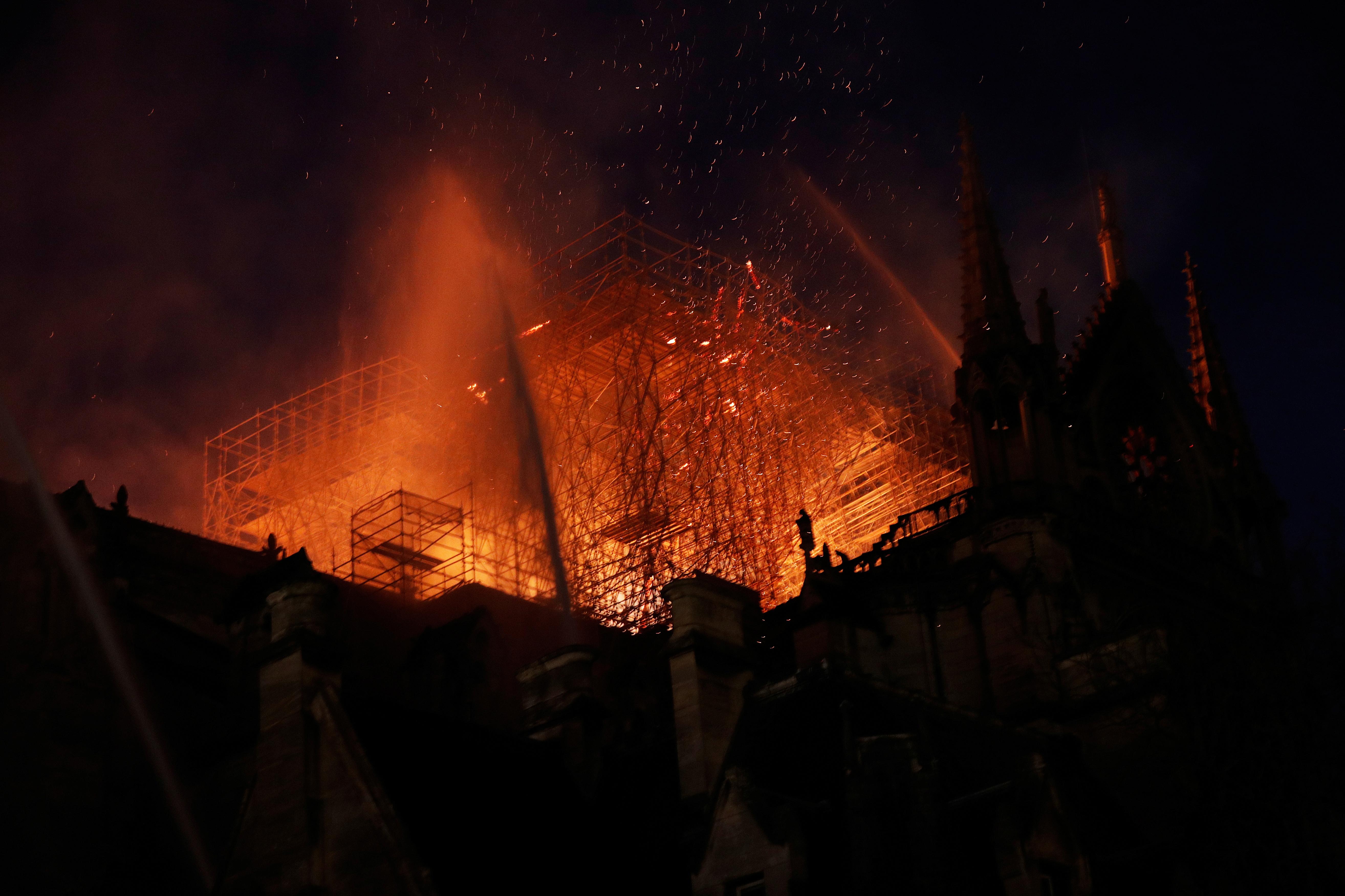 النيران تلتهم الكاتدرائية